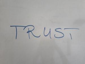 Egy bizalom felirat angolul