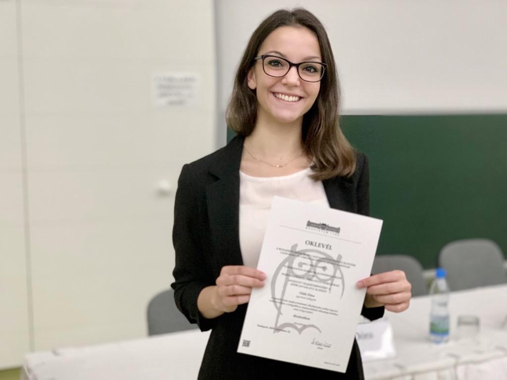 Oláh Dóra kolléganőnk a Tudományos Diákköri Konferencia különdíjával a kezében