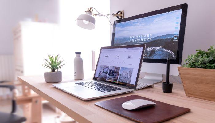 Távmunka íróasztal berendezve laptoppal